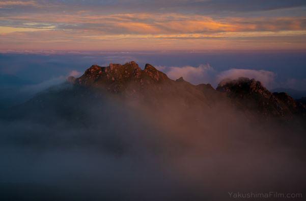 永田岳と宮之浦岳の間は大きな窪地になっているので、雲がたまることが多いです。写真ではわかりにくいですが、朝日に照らされた雲海が虹色に輝き出した瞬間です。写真の山は永田岳。