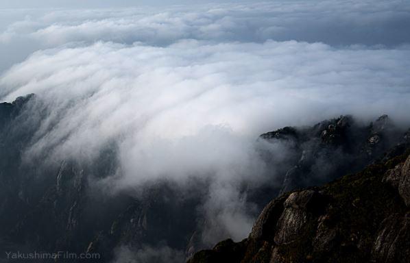 永田岳山頂から見た障子尾根にかかる雲海