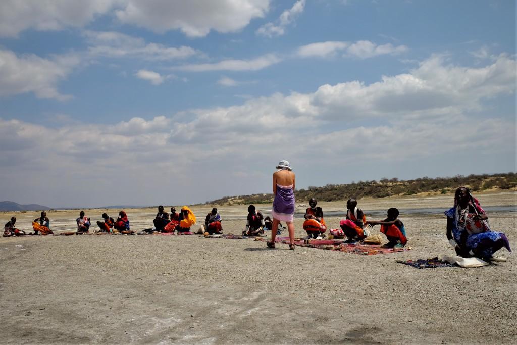 ビーズアクセサリーを売るマサイ族の女性たち