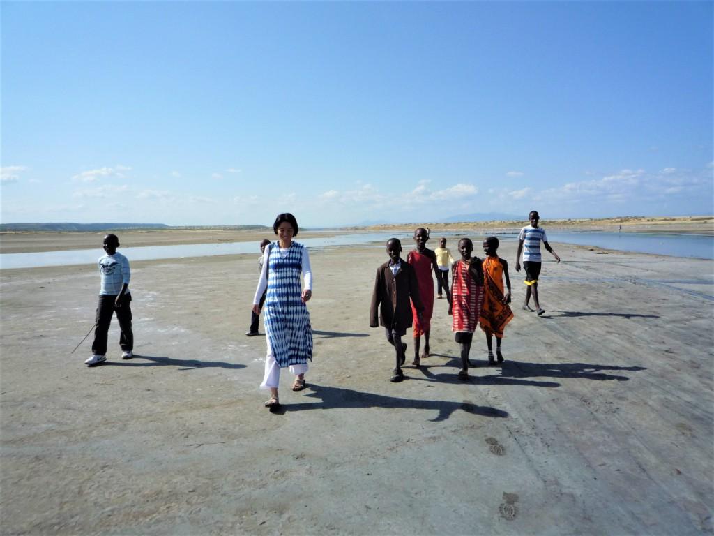 温泉周辺を歩く私とマサイの子どもたち