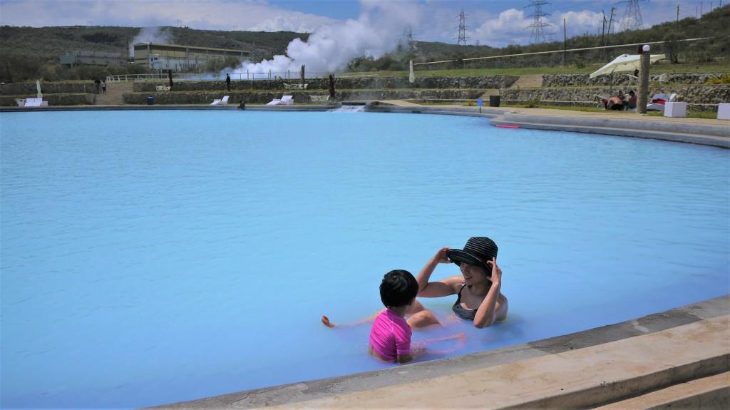 温泉の向こうにもくもくと地熱の湯気が出ている